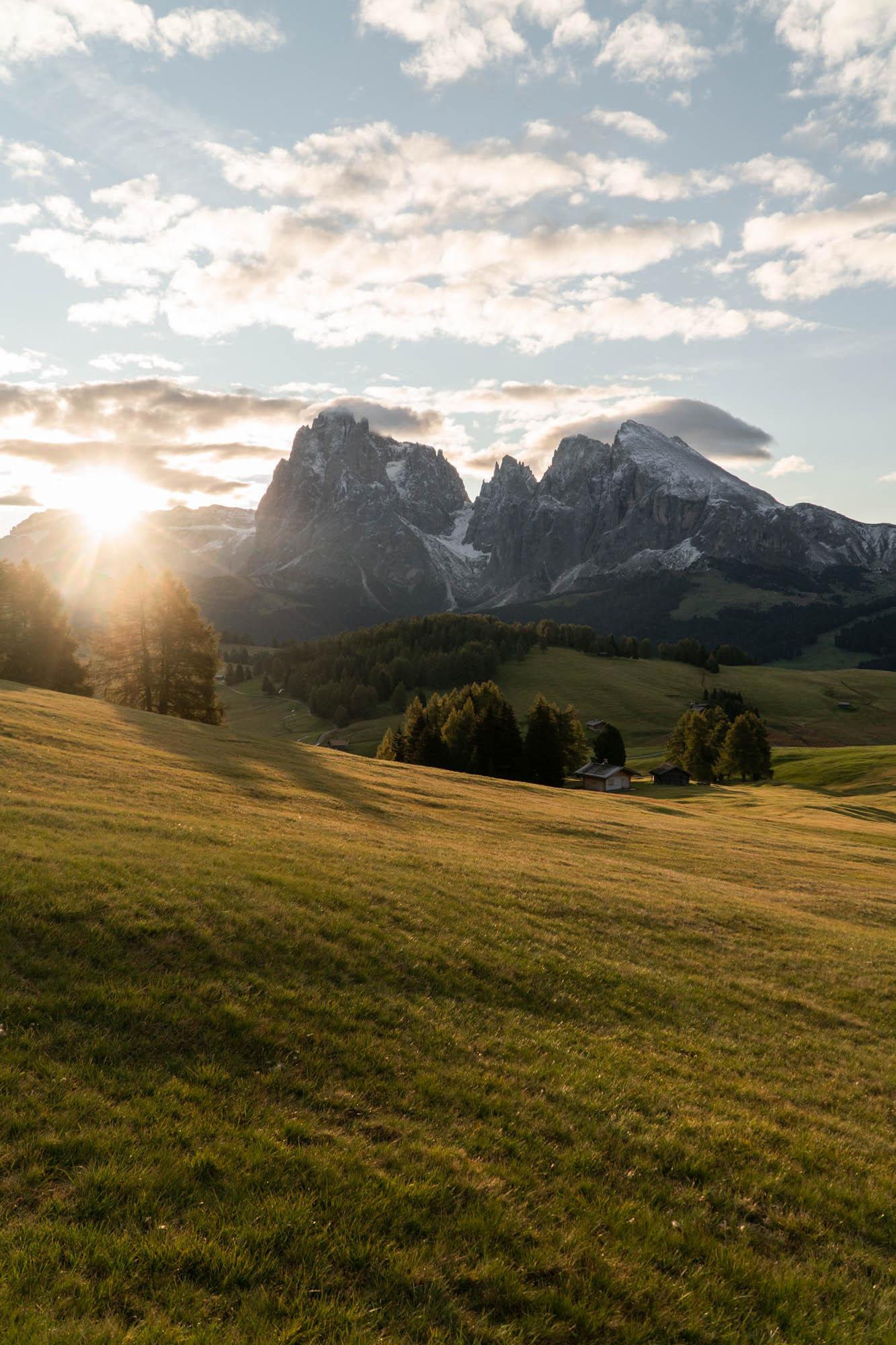 Seiser Alm Sonnenaufgang im Sommer mit Bergen
