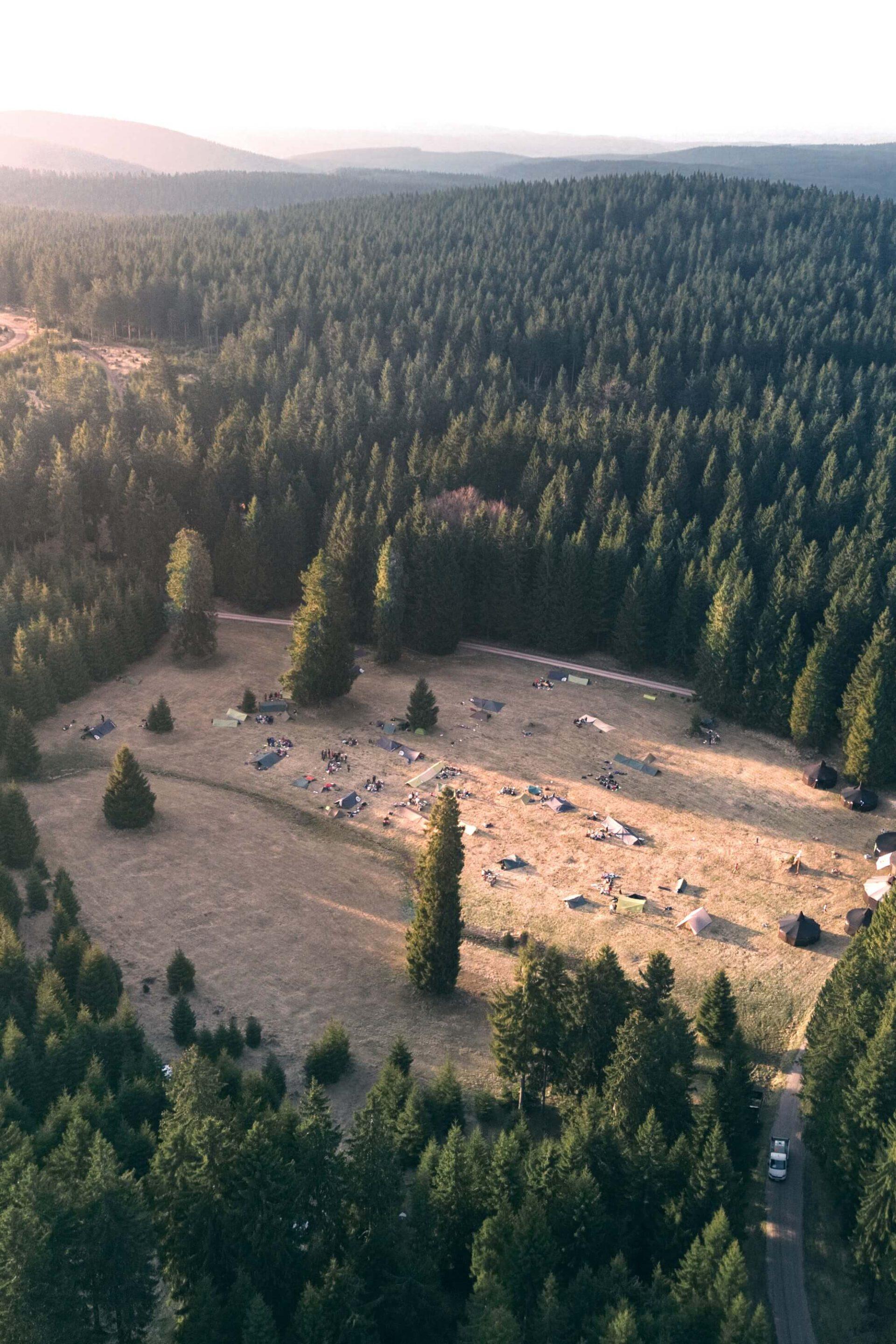 Zeltlager im Thüringer Wald bei Sonnenuntergang