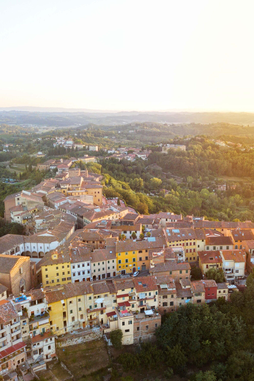 italienisches Dorf auf Berg bei Sonnenuntergang von oben