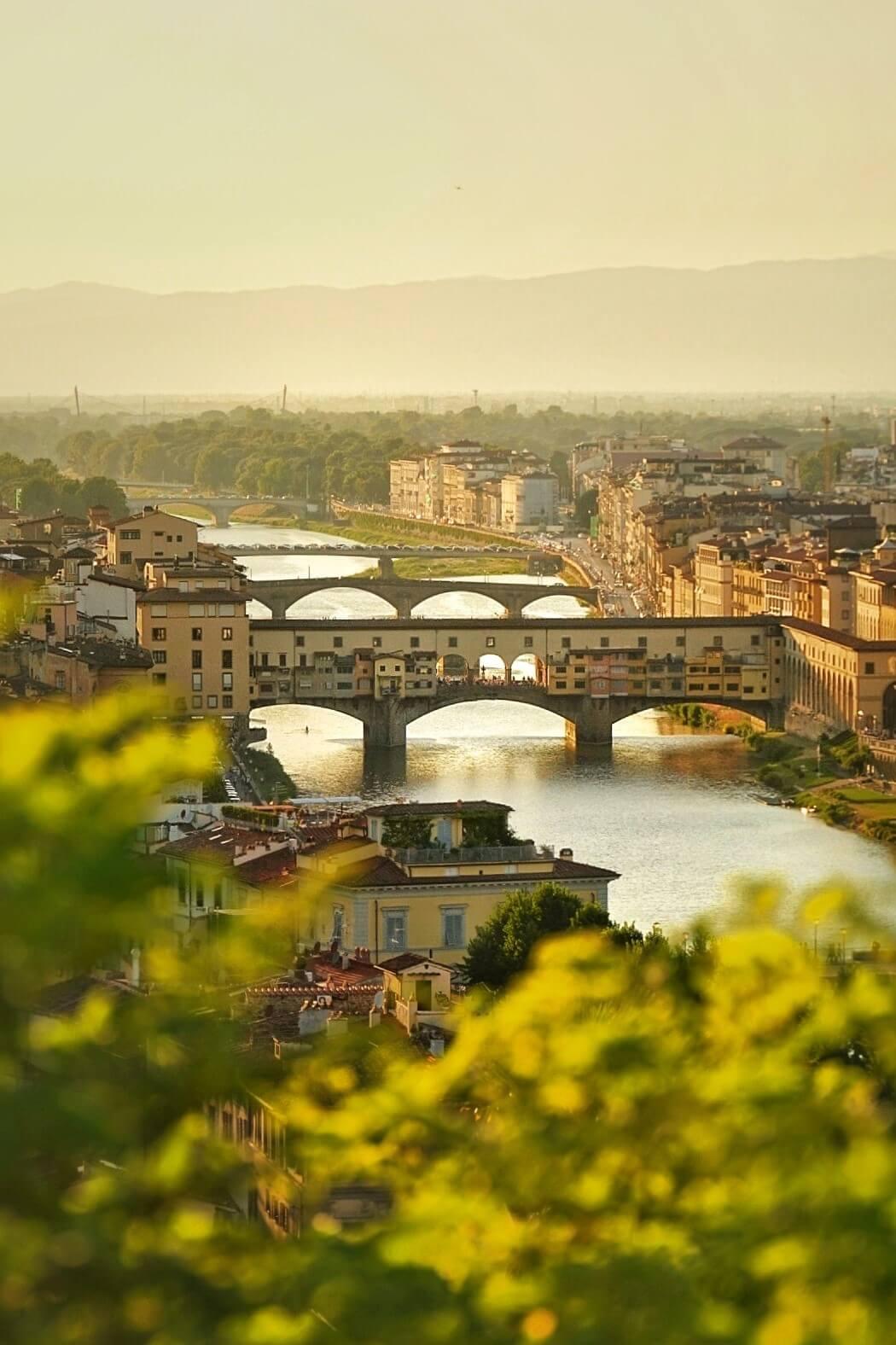 Brücke in Florenz bei Sonnenuntergang im Sommer