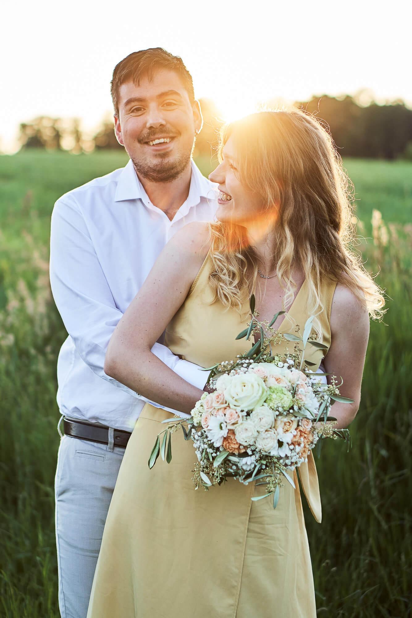 verliebtes, lachendes Paar beim Sonnenuntergang