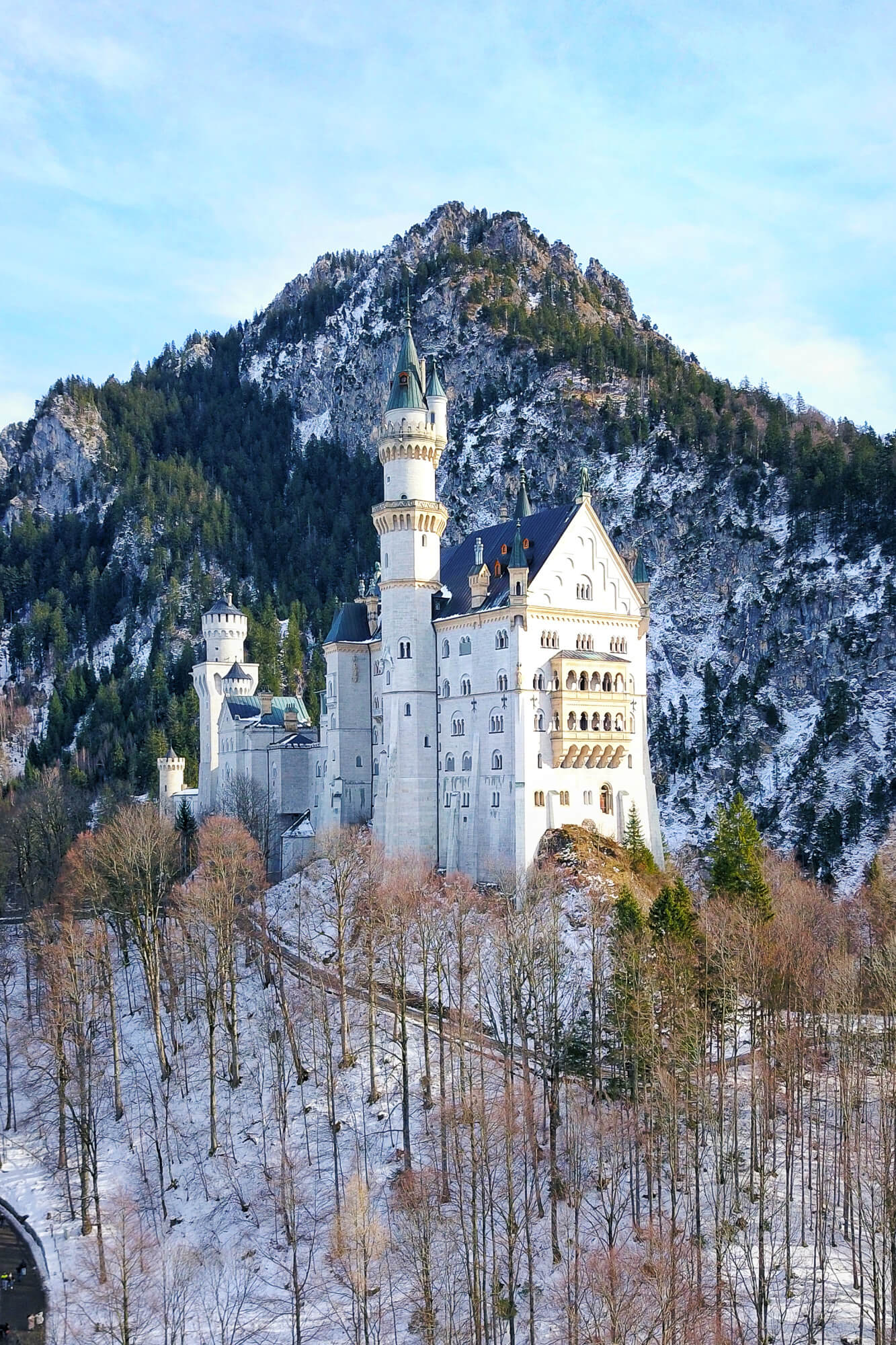 Schloss Neuschwanstein mit Schnee und Bergen