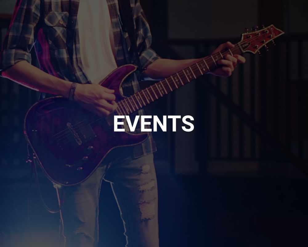 E-Gitarre bei Konzert vor blauem Scheinwerfer