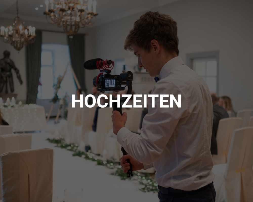 Junger Mann in Hemd mit Kamera bei Hochzeit